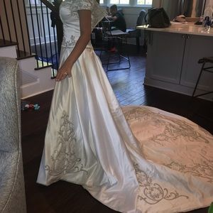 Winnie Couture never worn wedding gown